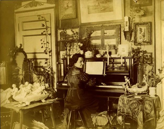Amalia moretti Foggia al pianoforte nella sua casa di Milano