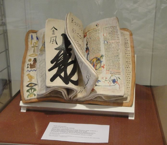 Librokronoss terracotta dipinta e collage